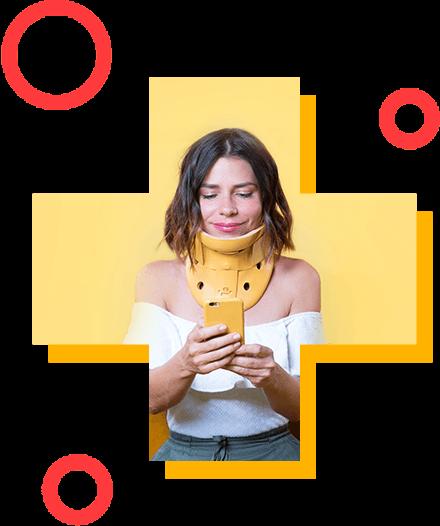 Une jeune fille qui tient un banane près de son oreille comme si il s'agissait d'un téléphone